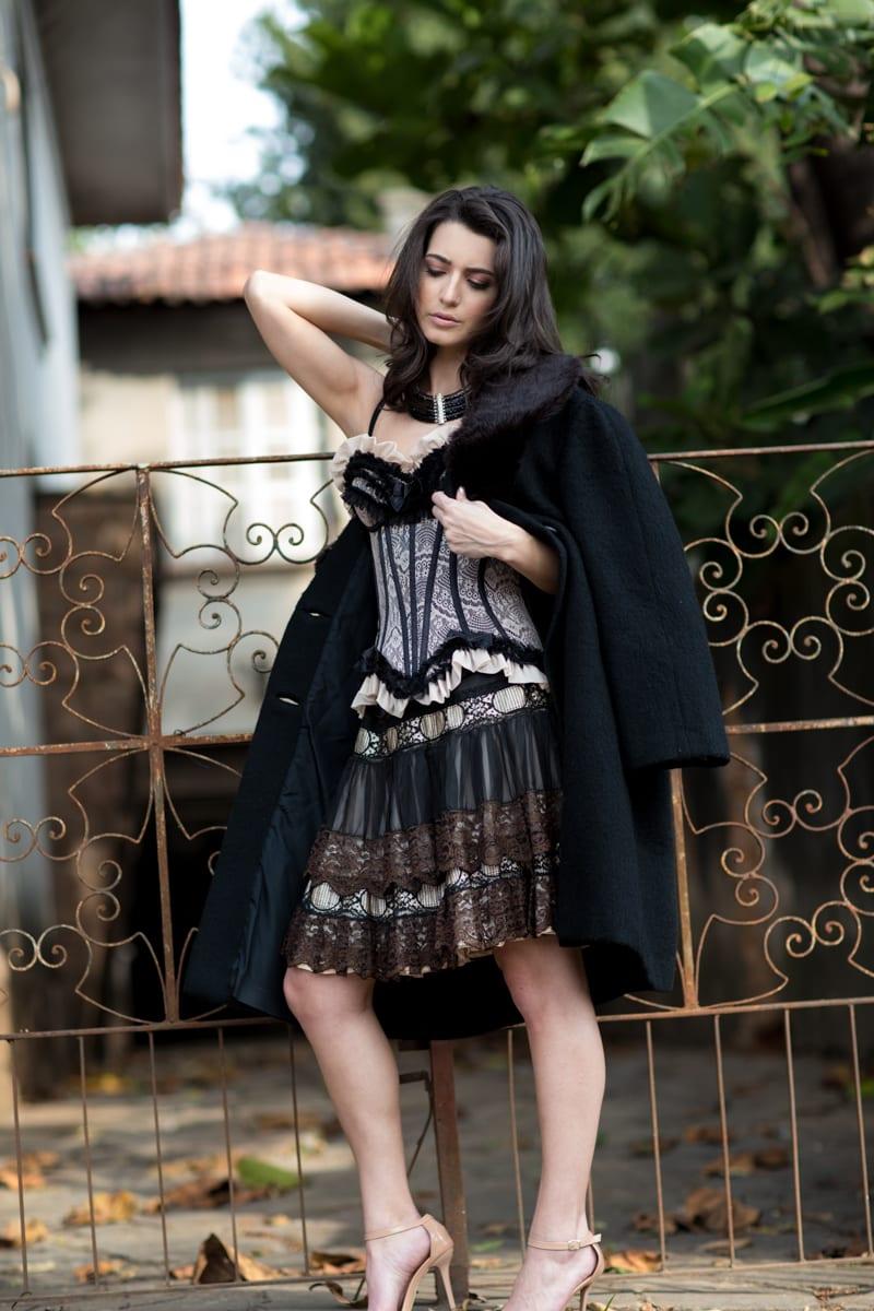Look sensual usando corset de rendas e casaco preto