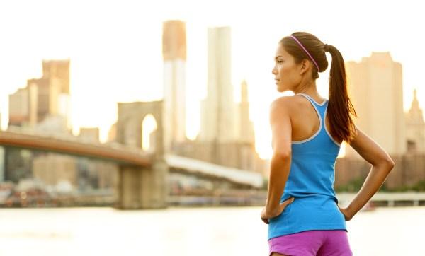 Já aqui foto de mulher com roupa de academia olhando o horizonte