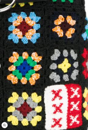 Detalhe de mochila de crochet - JW Anderson