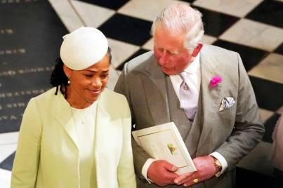 Príncipe Charles e Doria Ragland, mãe de Meghan Markle que apostou em uma casquete, como acessório de cabeça