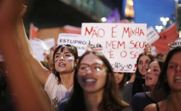 protesto de mulheres com cartazes
