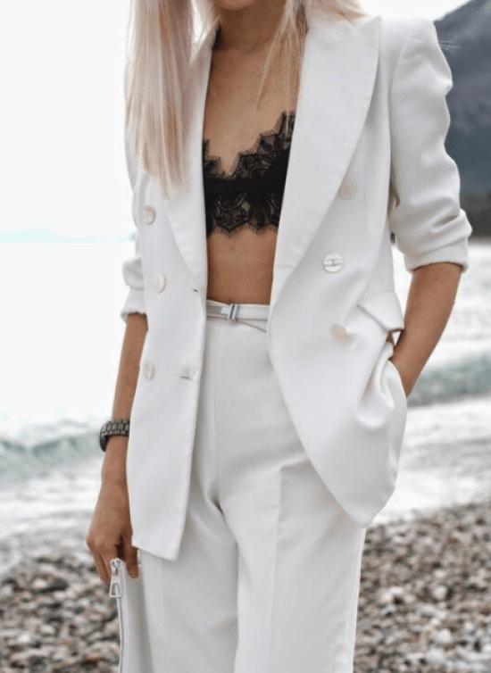 Conjunto blazer e calça branca com sutiã renda preto