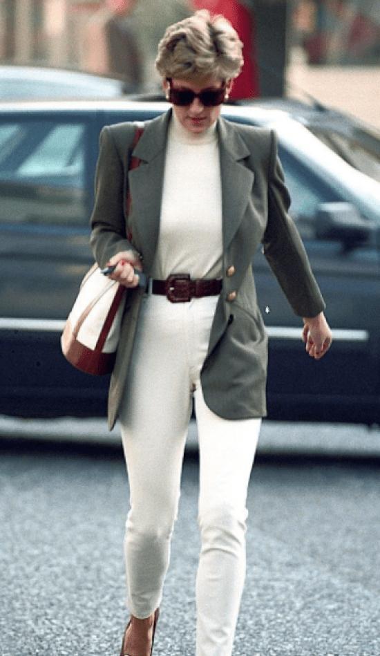 Princesa Diana com conjunto branco e blazer
