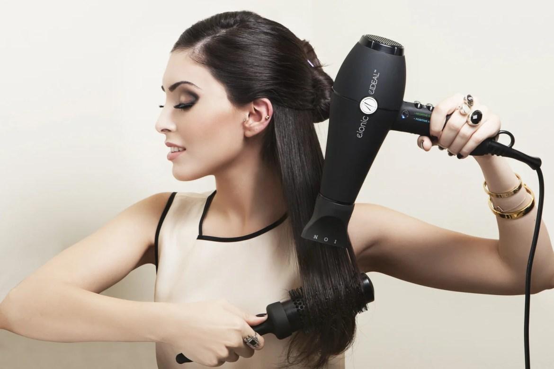 mulher usando secador no cabelo