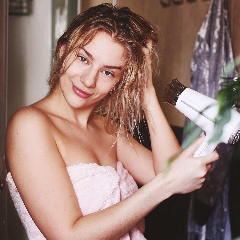Foto de mulher secando o cabelo