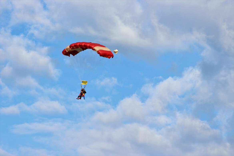 homem pulando de paraquedas