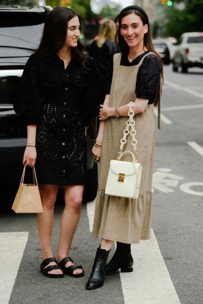 Foto de blogueiras com bolsa com alça de corrente