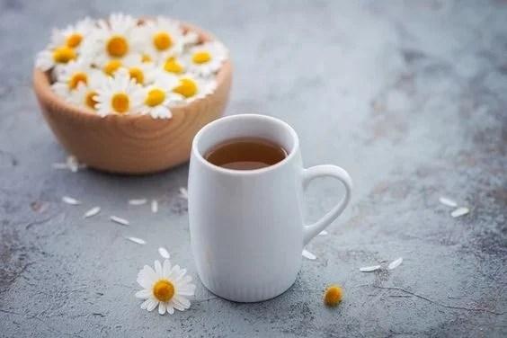 O chá de camomila é um clareador natural bem poderoso para os cabelos.