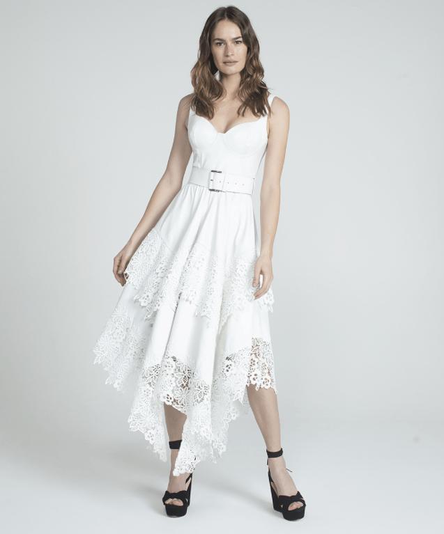 Modelo usa vestido branco em camadas assimétricas