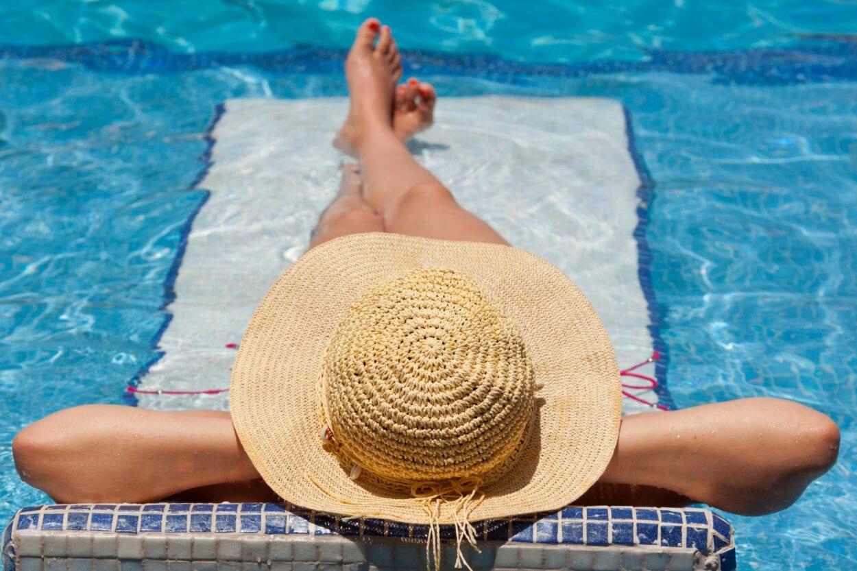 Mulher tomando banho de sol vitamina D absorção