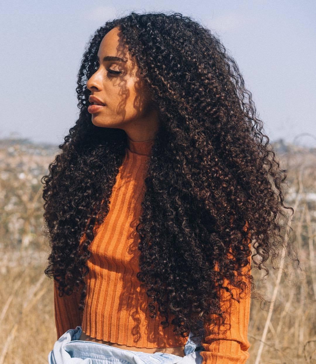 Mulher negra com cabelo crespo lindo e longo - biotina crescer cabelo
