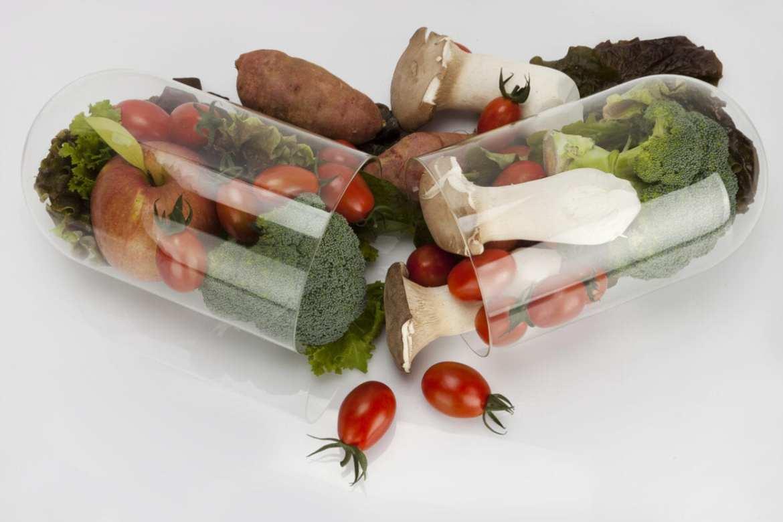 Foto de capsula de comprimido, mas com alimentos saudáveis dentro