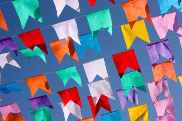 Bandeirolas coloridas em fundo azul do céu