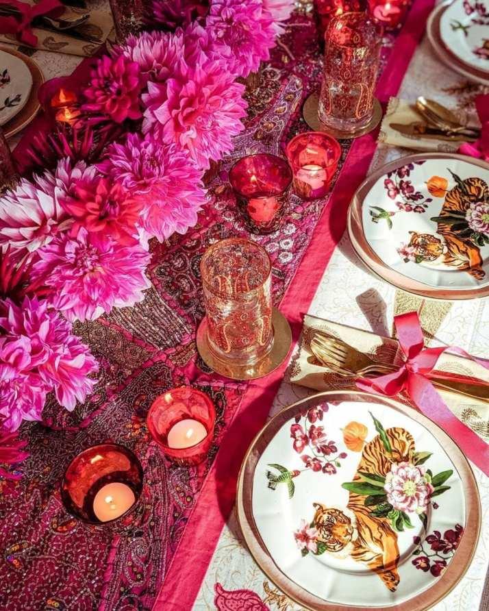 jantar romantico mesa posta com muitas cores e detalhes