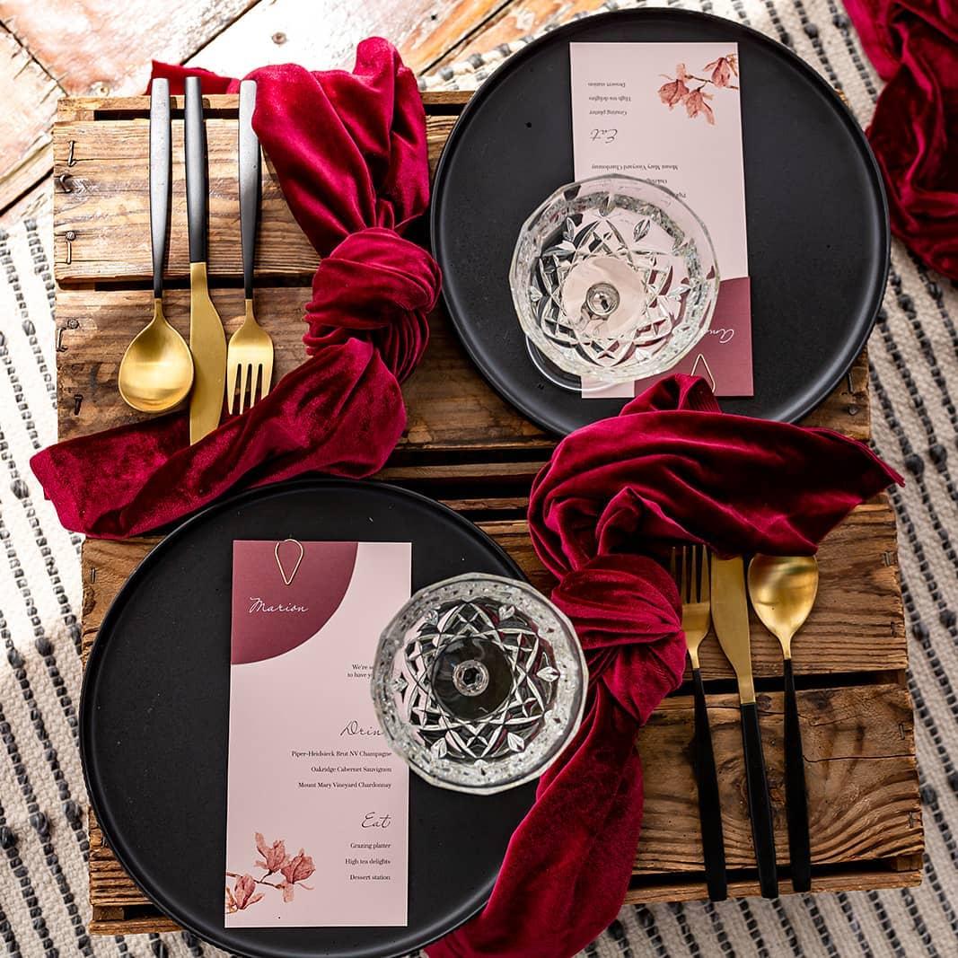 Mesa posta de jantar dos namorados com preto e vermelho são um clássico