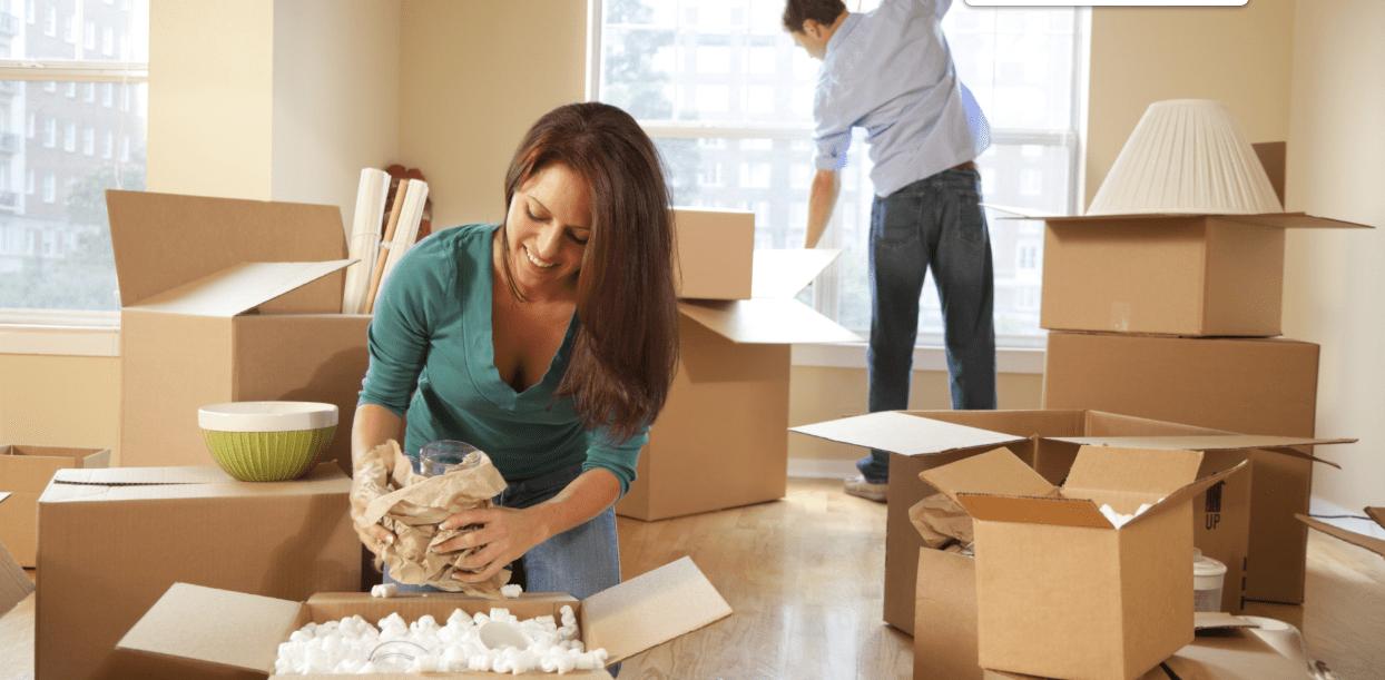 casal empacota caixa para mudar de casa