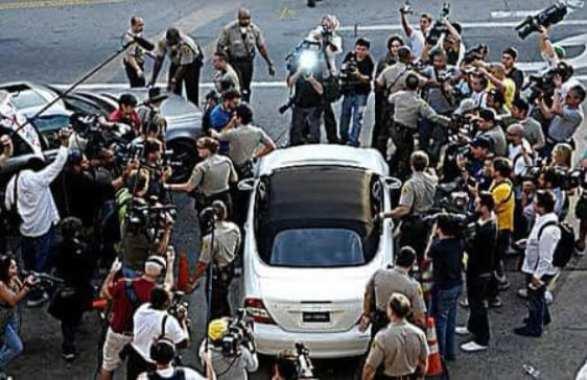 Carro de Britney cercado de paparazzi