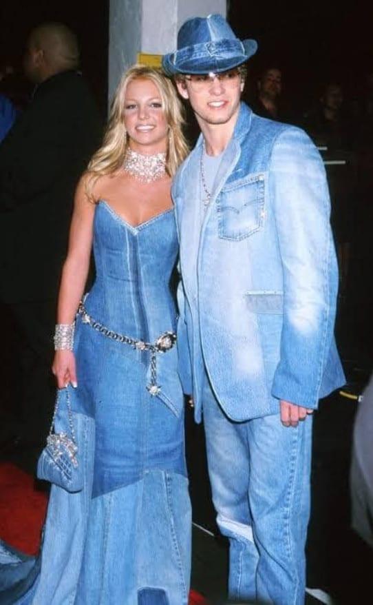 Britney Spears ao lado de Justin Timberlake, os dois com looks interiros de jeans
