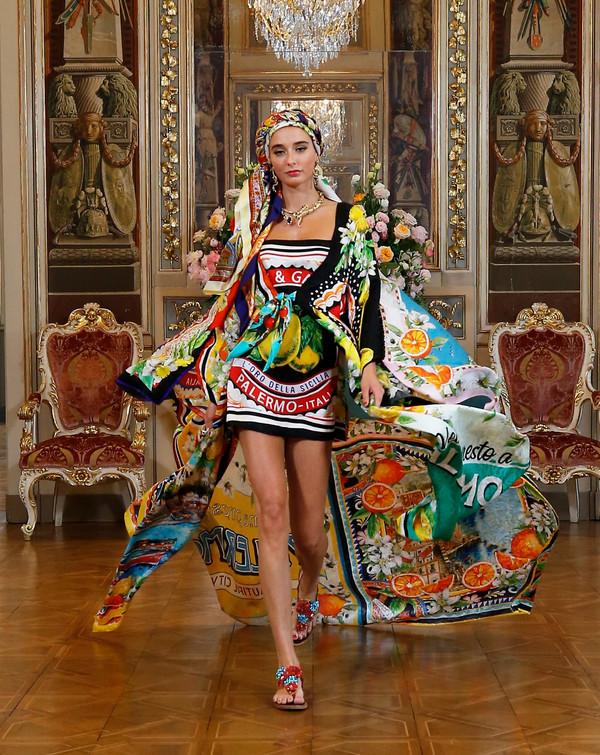 Modelo usando lenço e vestido tubinho e quimono com estampa de lenço
