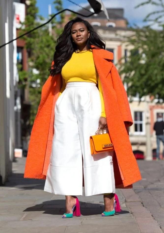 Foto de mulher negra super estilosa com casaco laranja - Sou plus size