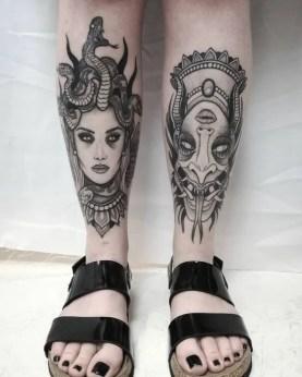 Tatuagem de medusa na canela