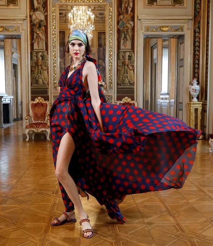Vestido esvoaçante de bolinhas marinho com vermelho - Dolce & Gabbana Virtual