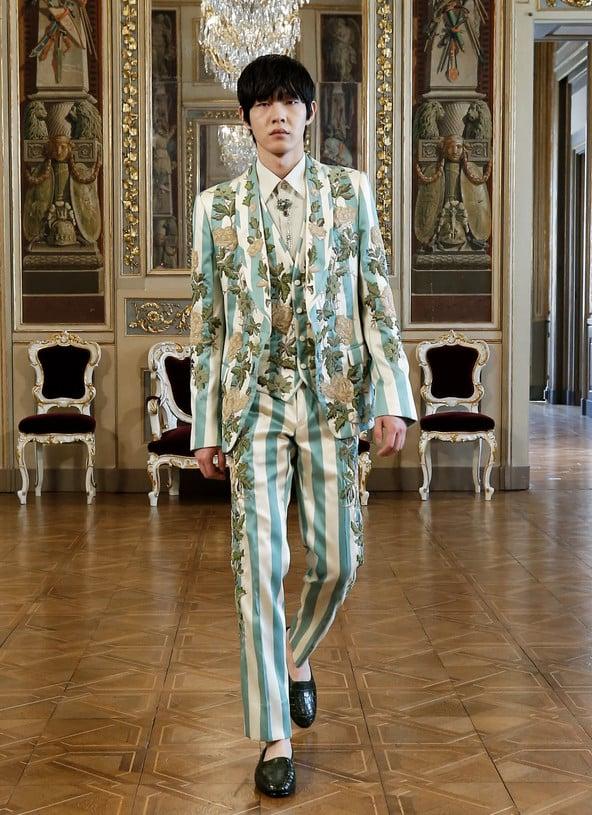 Modelo oriental de terno listrado de verde com sobreposições de floral vintage - D&G