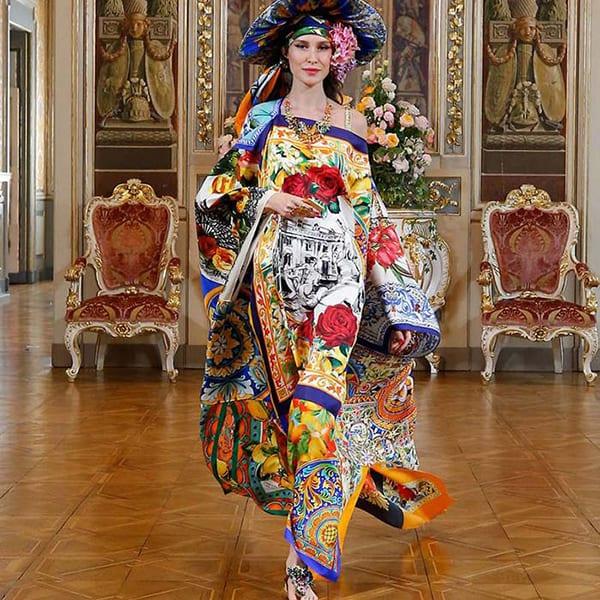 Look trabalhado com mix de estampas de lenço e kimono - Dolce & Gabbana Virtual