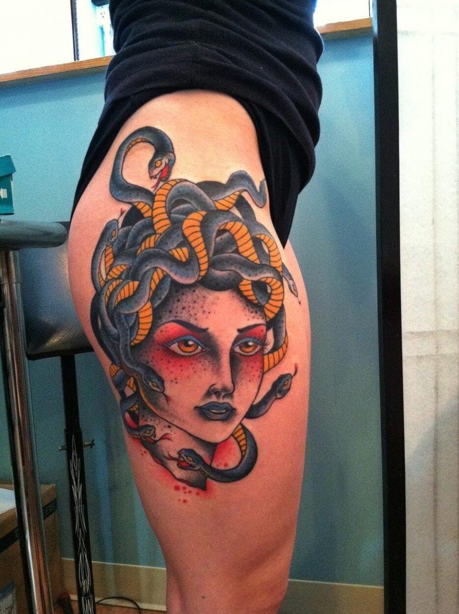 tattoo medusa colorida coxa