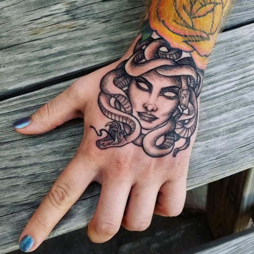 tatuagem de medusa na mão