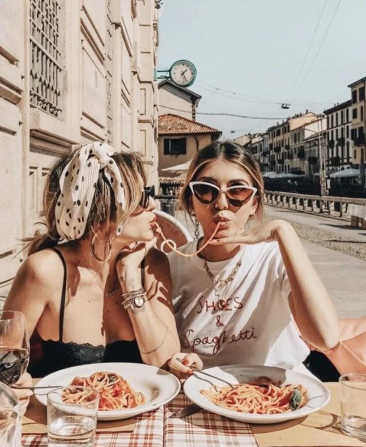 Foto comendo macarronada juntas