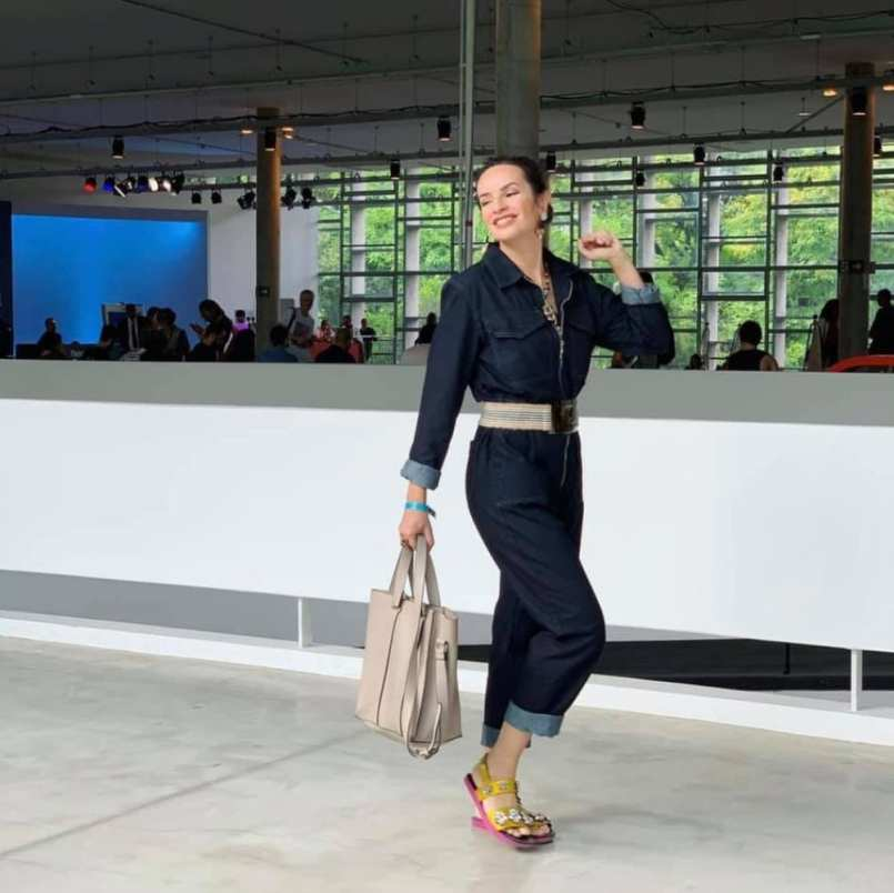 Denise Pitta usando birkenstock com macacão jeans