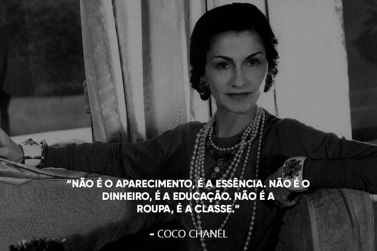 """Coco Chanel com a frase: """"Não é o aparecimento, é a essência. Não é o dinheiro, é a educação. Não é a roupa, é a classe."""""""