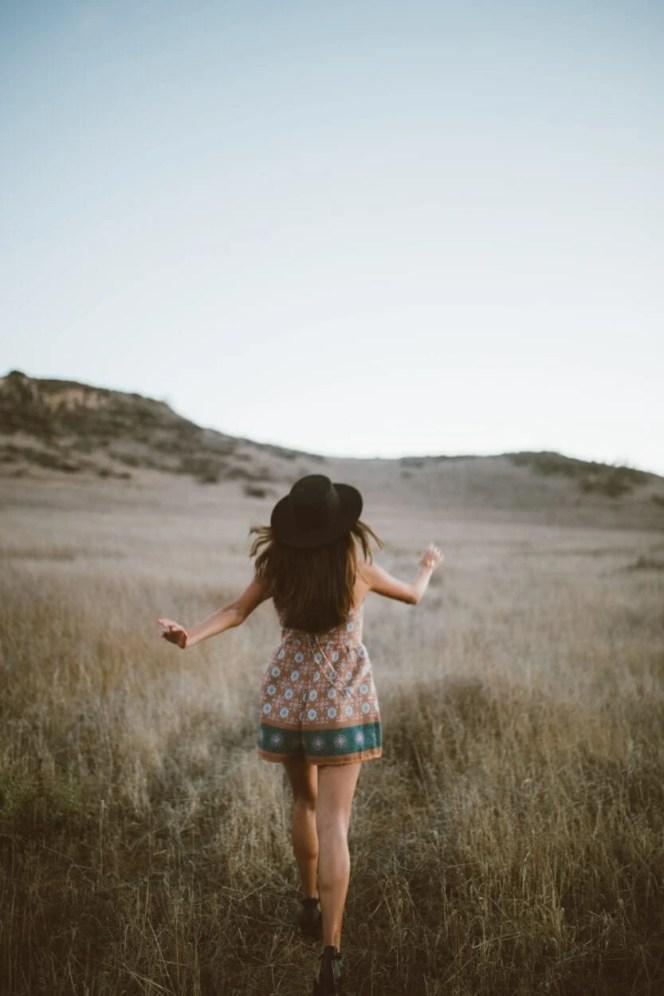 aqui Menina de costas andando em um campo, legendas para fotos Tumblr