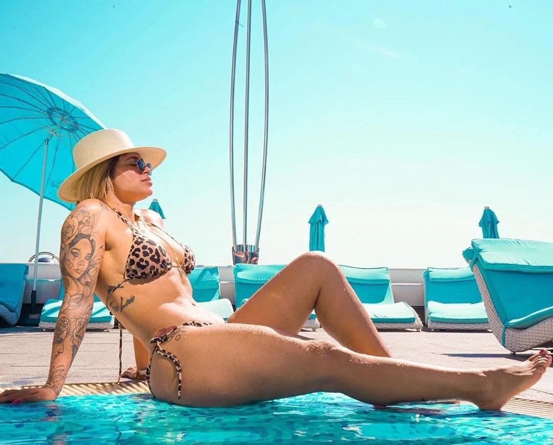 Foto de Dani Souza na piscina de biquíni.