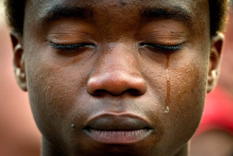 Homem negro chorando.