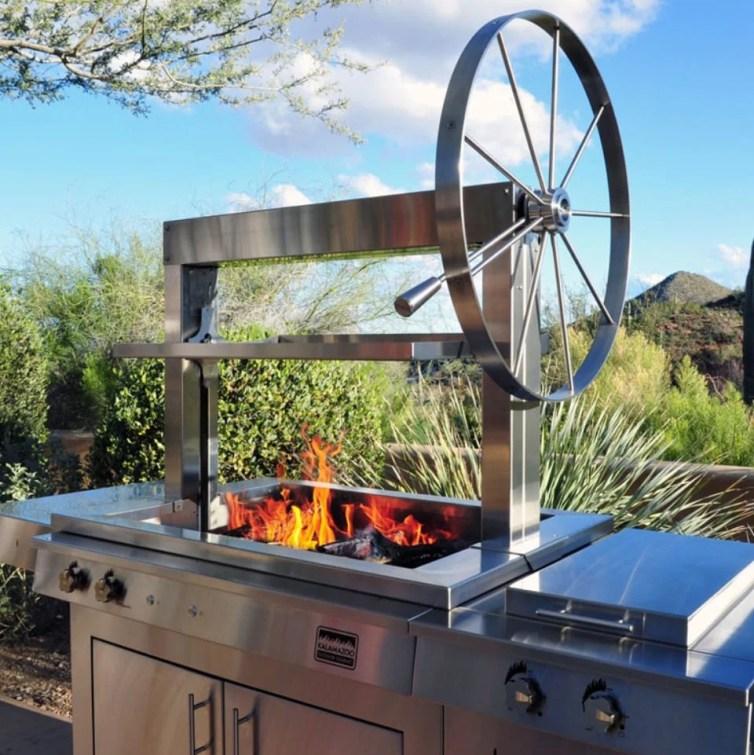 Modelo de churrasqueira com roda giratória