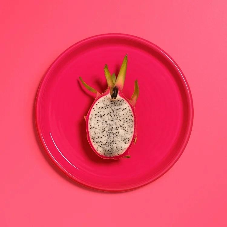 prato rosa com pitaya branca cortada ao meio