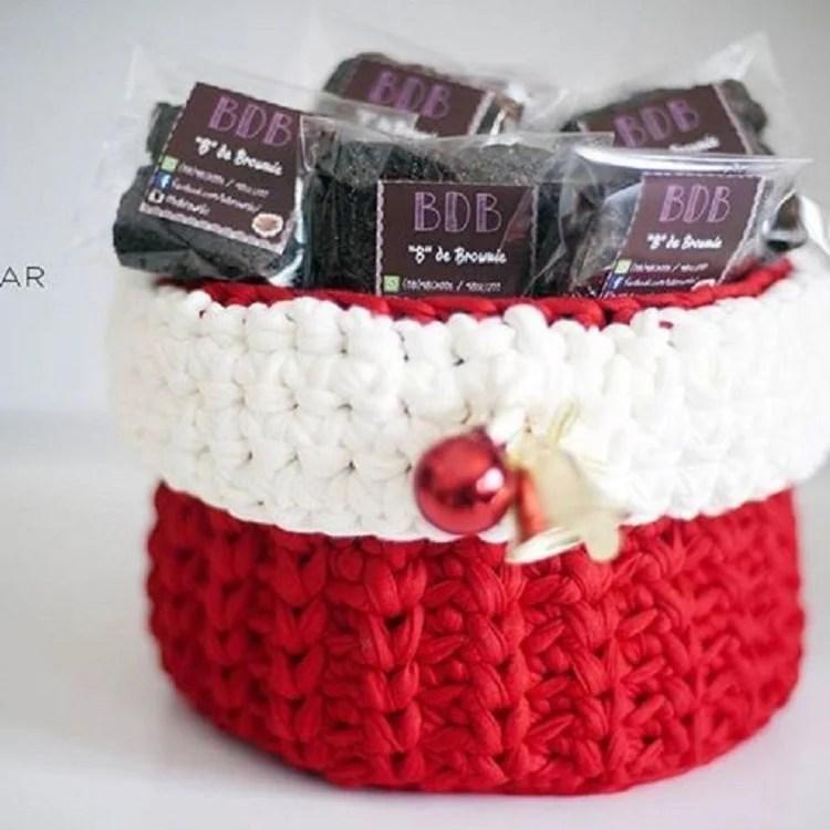 cachepô de crochê vermelho e branco