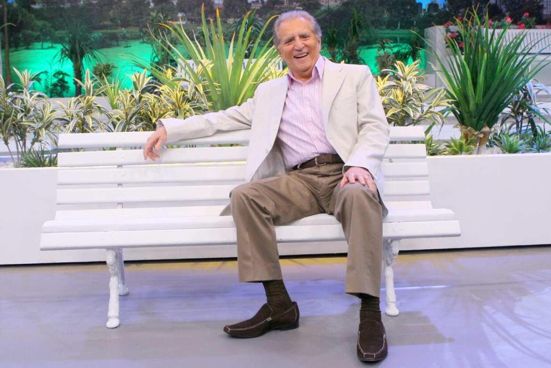 Carlos Alberto sentado no banco