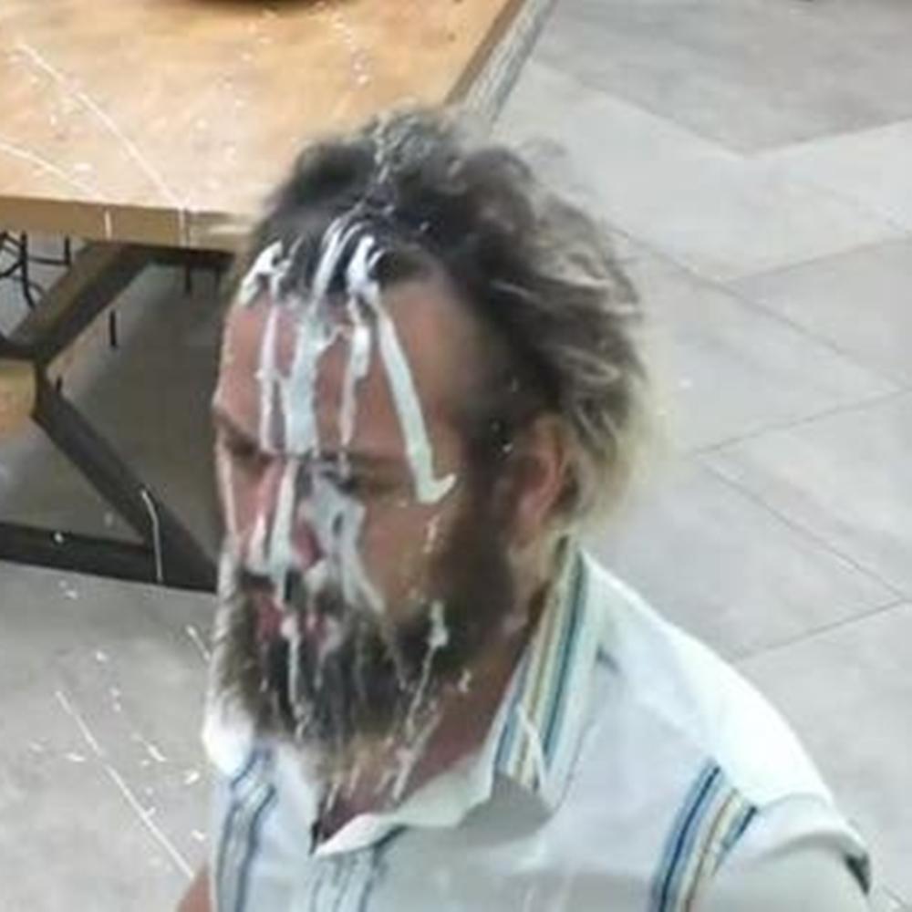 Cartolouco com muito creme no rosto.