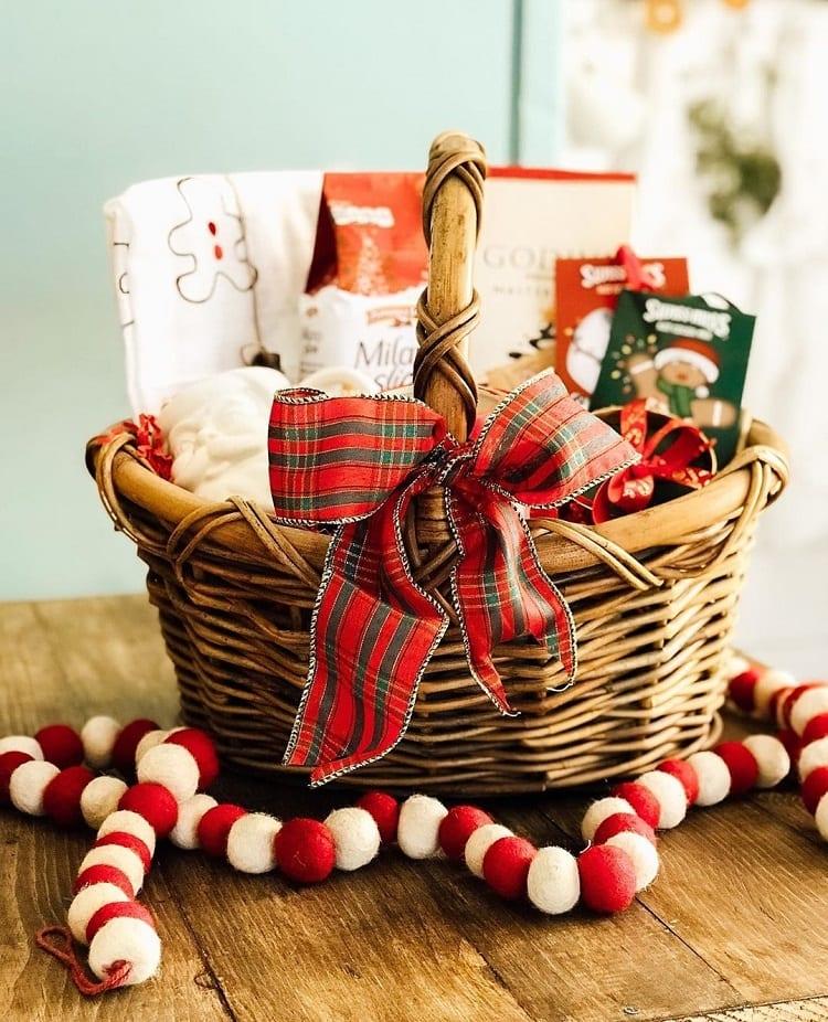 cesta de Natal com laço xadrez