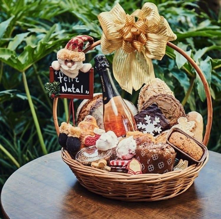 cesta de natal com itens básicos como espumante e panetone