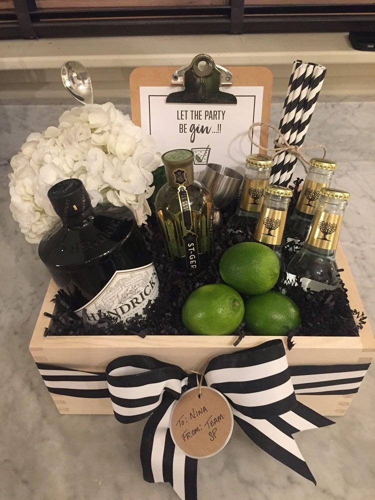cesta de Natal com gin, tônica e limão