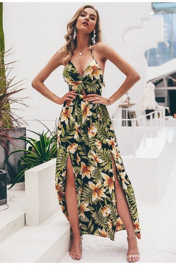 Loira usando vestido com flores e folhagem.