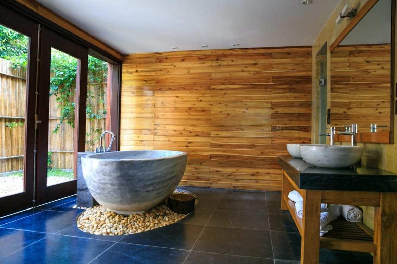 Banheiro grande com banheira