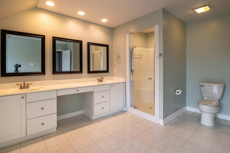 Banheiro branco de casal