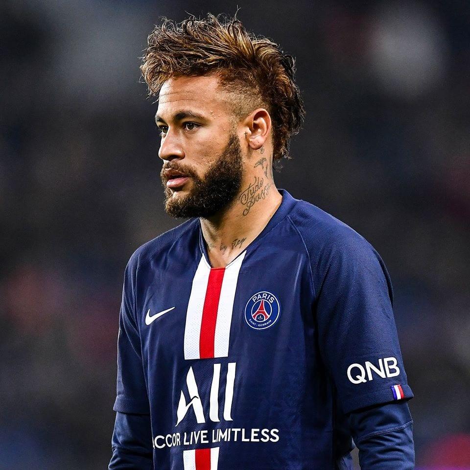 Neymar jogando futebol