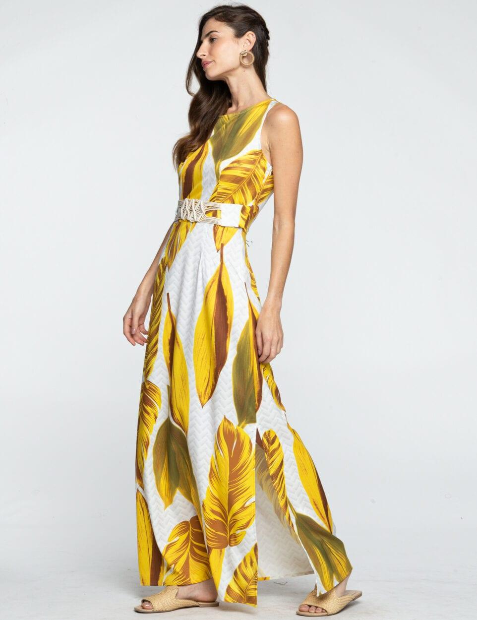 Mulher usando vestido com folhagem.