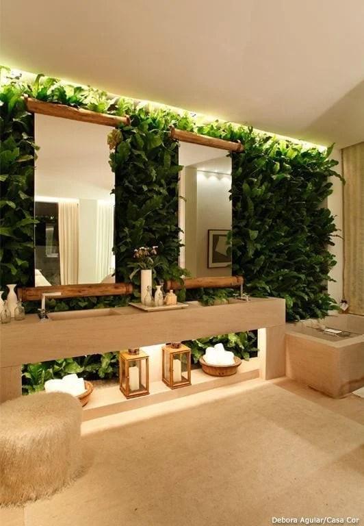 Banheiro com jardim vertical.